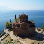 Охридское озеро на границе Северной Македонии и Албании, самое древнее и глубокое на Балканах