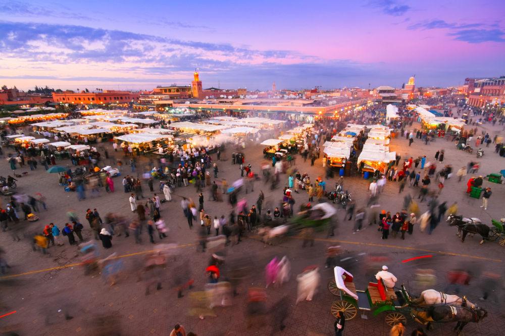 Столица Марокко — Марракеш — напоминает лабиринт из средневековых построек. Каждому туристу следует посетить торговую площадь, где работает базар и выступают уличные артисты.