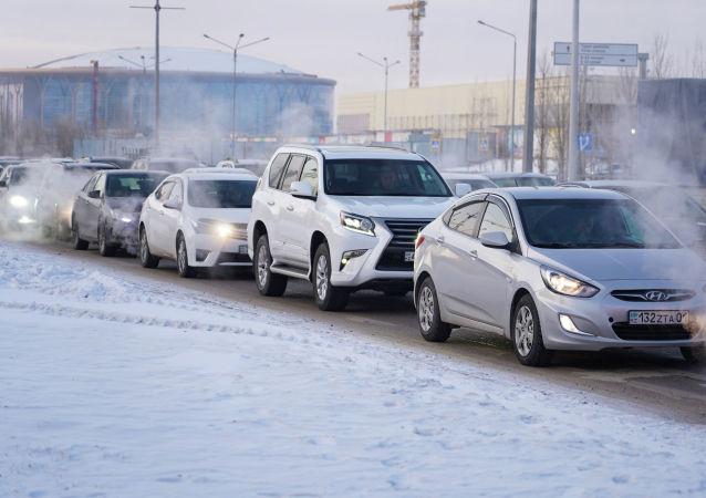 Зима, пробки, машины, гололед. Иллюстративное фото
