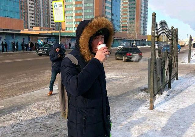 В Нур-Султане активисты раздают жителям в морозный день чай