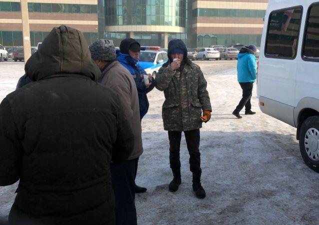 Столичные жители согреваются в мороз чаем, предложенным активистами города