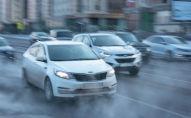 Автомобили едут в морозную погоду, иллюстративное фото