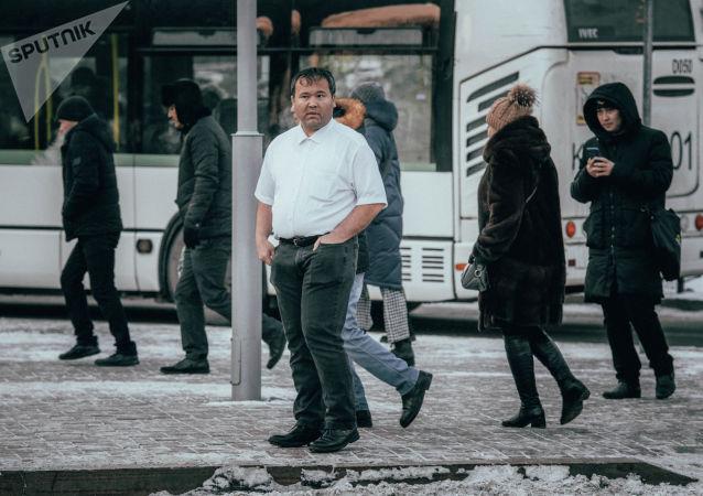 Мужчина в рубашке в мороз