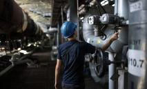 Рабочий на нефтебазе, архивное фото