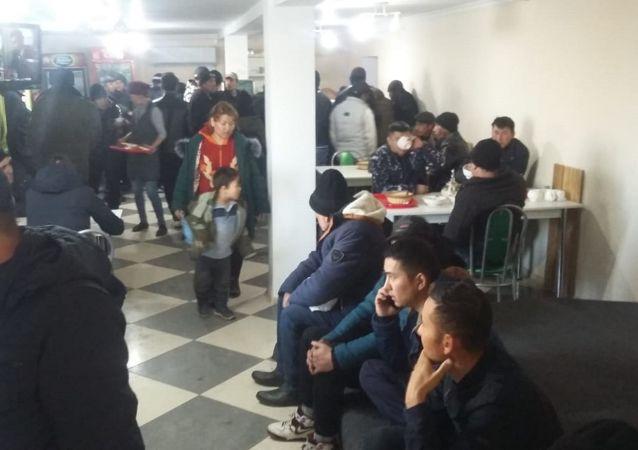Спасатели Актюбинской области эвакуировали 57 пассажиров замерзшего автобуса в пункт обогрева