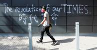 Протестующие идут по кампусу Политехнического университета в Гонконге