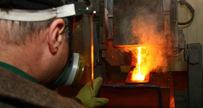 Архивное фото рабочего в плавильном цехе фабрики по переработке сульфидных руд