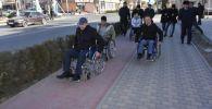 Чиновники проехали в инвалидных колясках по Туркестану