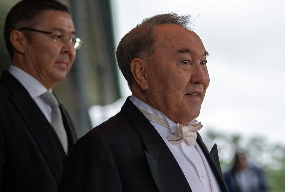 Бывший президент Казахстана Нурсултан Назарбаев уезжает после церемонии возведения на престол императора Японии Нарухито в Императорском дворце в Токио