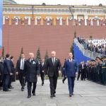 бывший президент Казахстана Нурсултан Назарбаев, президент России Владимир Путин и премьер-министр Дмитрий Медведев прибывают на военный парад, посвященный Дню Победы, на Красную площадь в центре Москвы 9 мая 2019 года