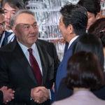 Бывший президент Казахстана Нурсултан Назарбаев (второй слева) пожимает руку премьер-министру Японии Синдзо Абэ во время коктейльной вечеринки перед банкетом, устроенным Абэ в Токио в среду, 23 октября 2019 года. (Чжай Цзяньлань / Pool Photo by AP)
