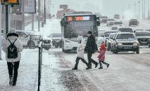 Жители переходят пешеходную дорогу