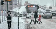 Жители столицы переходят пешеходную дорогу