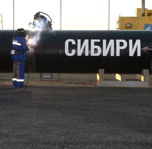 Сварка шва на церемонии соединения первого звена магистрального газопровода Сила Сибири