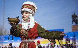 Девушка в национальном костюме во время празднования Навруза на площади Ала-Тоо в Бишкеке