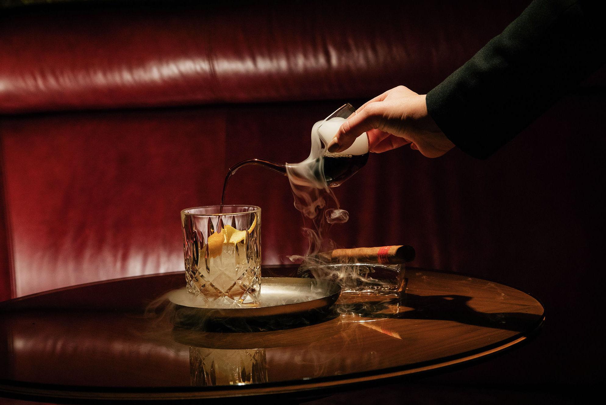 В стильном D-bar угостят фирменными коктейлями или элитным вином в зависимости от ваших предпочтенийстайл