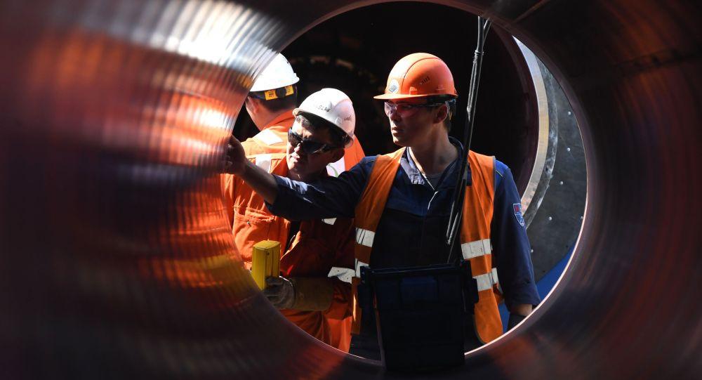 Газ құбырын салып жатқан жұмысшылар, архивтегі сурет