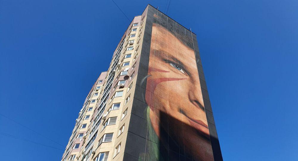 Граффити с изображением Юрия Гагарина на стене многоэтажного дома, архивное фото