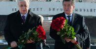 Президенты Касым-Жомарт Токаев и Сооронбай Жээнбеков возложили цветы к мемориальному комплексу Ата-Бейит
