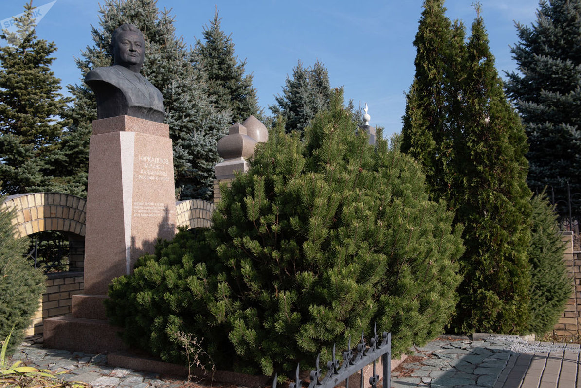 Надгробие бывшего акима Алматы Заманбека Нуркадилова на кладбище Кенсай