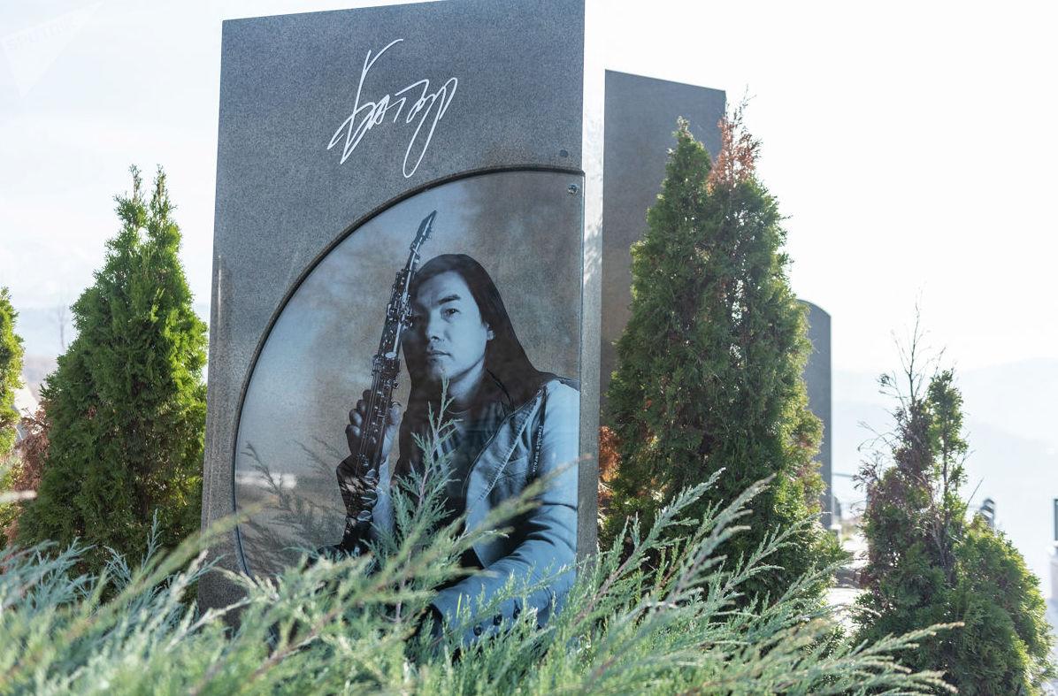 На могиле известного певца Батырхана Шукенова на Кенсайском кладбище
