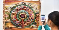 Семья художников из южного Казахстана мастерит изделия из кожи, войлока и меха