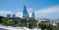 Модель демонстрирует творение Scandar на Азербайджанской неделе моды в Баку