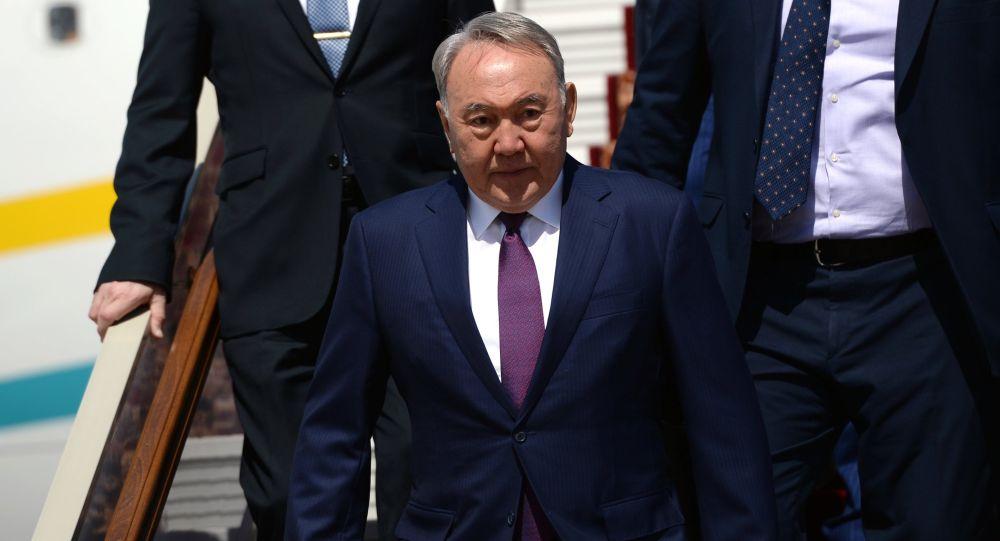 Президент Республики Казахстан Нурсултан Назарбаев идет по трапу самолета, архивное фото
