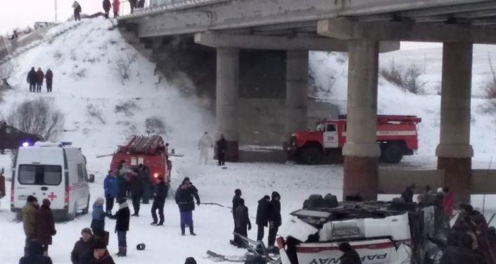 Пассажирский автобус, упавший с моста в Забайкальском крае. ДТП произошло на 60-м километре автодороги Могойтуй  Сретинск  Олочи