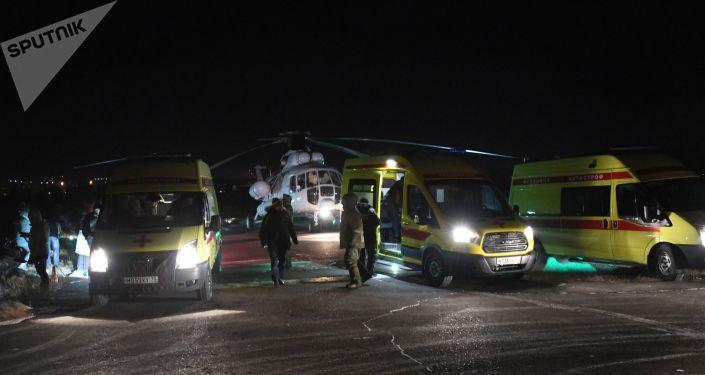 Реанимобили встречают пострадавших, доставленных вертолетом санитарной авиации авиакомпании Аэросервис в Читу