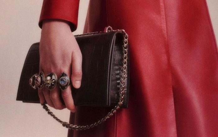Дом Alexander McQueen представил новую капсульную коллекцию сумок под названием Spider Small Jewelled Satchels