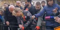 Группа активистов оппозиции в знак протеста против задержания своего соратника Лаши Чхартишвили, 1 декабря провела акцию протеста у здания Тбилисского городского суда. Участники акции символически посадили лобио на газоне у здания.