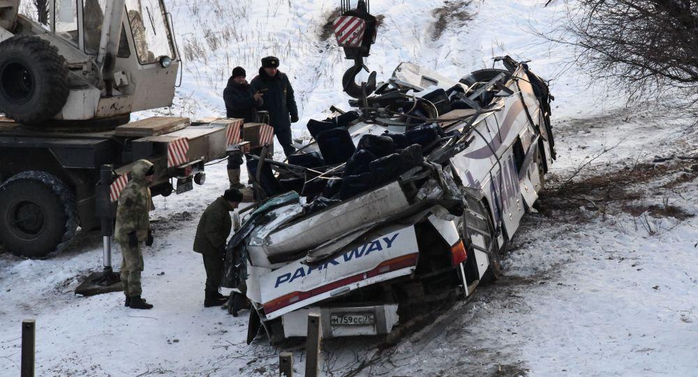 Эвакуация с помощью автокрана пассажирского автобуса, упавшего с моста в Забайкальском крае