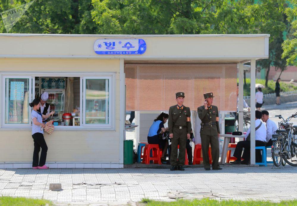 Мини-кафе на одной из улиц Пхеньяна