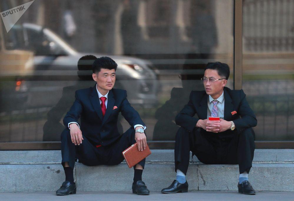 Местные жители на одной из улиц Пхеньяна
