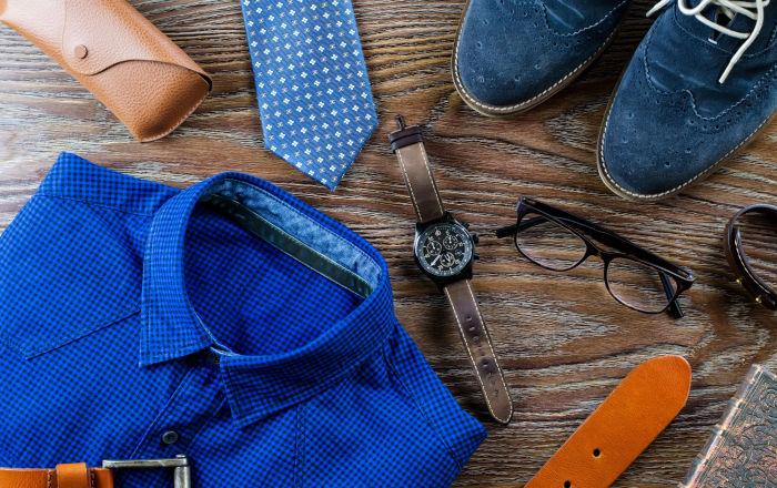 Стильная мужская одежда и аксессуары в голубо-коричневых цветах на деревянной поверхности