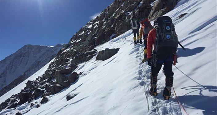 Казахстанский альпинисты водрузили флаг на пик Винсон в Антарктиде