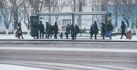 Люди на автобусной остановке зимой