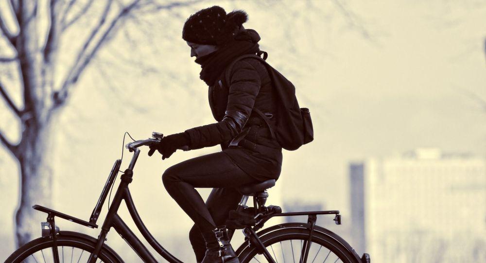 Девушка на велосипеде, иллюстративное фото