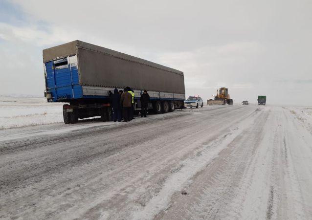 Фура на трассе в Восточно-Казахстанской области
