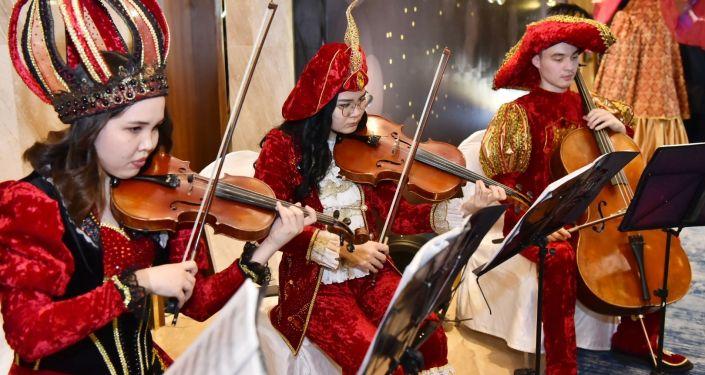 Музыканты на Зимнем благотворительном балу соответствовали атмосфере мероприятия