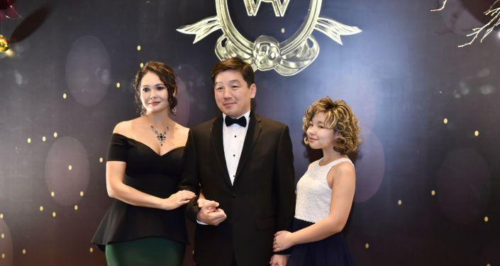 Бауыржан Байбек с женой и дочерью на Зимнем благотворительном балу