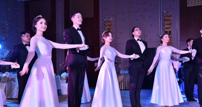 Зимний благотворительный бал дебютанты открыли танцем Полонез