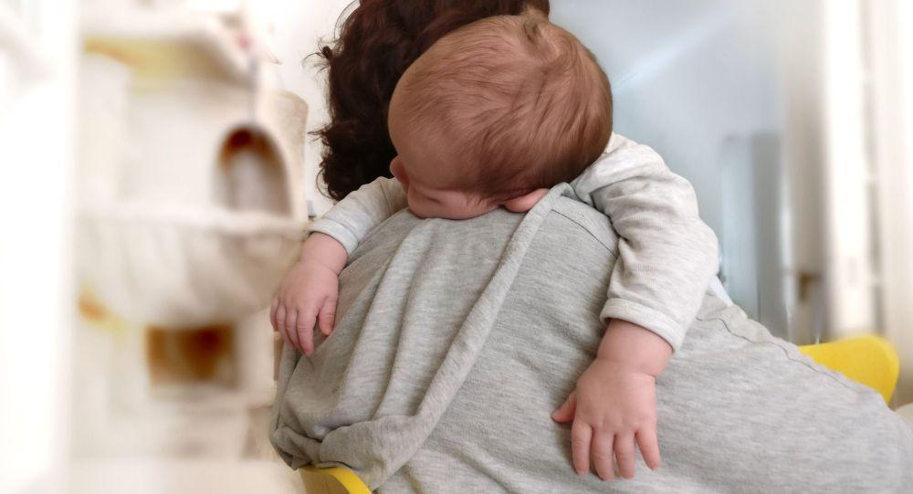 Женщина с ребенком на руках, иллюстративное фото