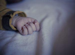 Рука младенца, иллюстративное фото