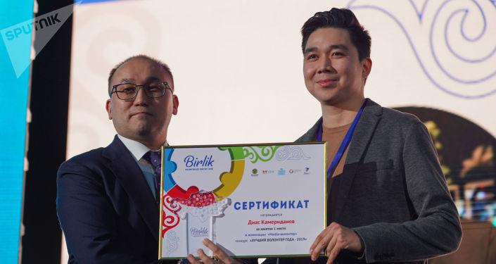 Министр информации и общественного развития Даурен Абаев вручил награду волонтеру  Диасу Камериданову, 1-е место в номинации  Media-волонтер