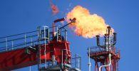 Факел стационарной платформы на нефтяном месторождении