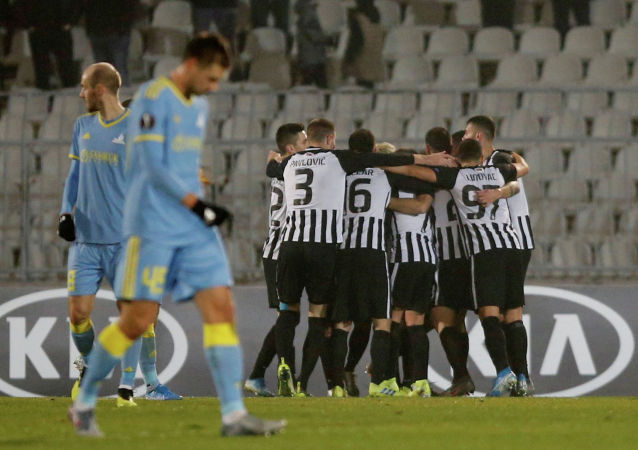 Футболисты Партизана радуются забитому Астане второму голу