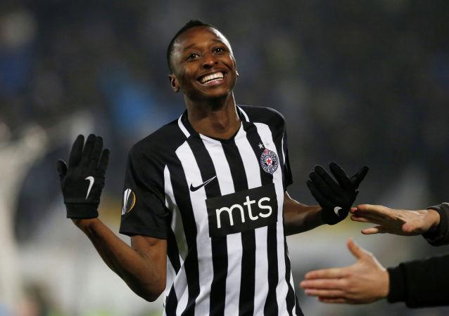 Футболист Партизана Садик Умар празднует свой второй гол в ворота Астаны
