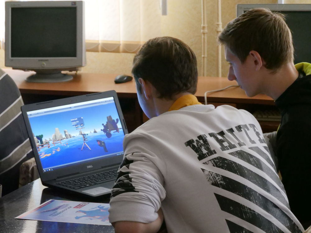 Цифрландыруды оқушылар жылдам үйренеді. Жасөспірімдер онлайн-семинарлар мен олимпиадаларға қатысып, білім ала алады. Бұған қоса, көптеген білім беретін онлайн-платформалар тұрғылықты жерге қарамастан деректердің қолжетімділігіне ықпал етеді.   Фотода: Тирасполь оқушылары шеберлік сабағында өздерінің алғашқы VR-жобасын жасауда.